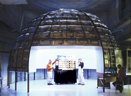 Рис. 1. Установка «Искусственное небо» и макет здания (фото Петера Бартенбаха)