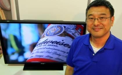 Киото Канда у трехмерного 45-дюймового прототипа экрана ТВ