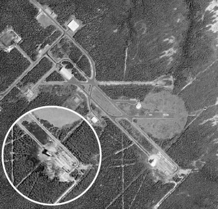 Снимок пускового комплекса на полигоне Алкантара был сделан спутником Ikonos за два года до катастрофы (5 сентября 2001 г.), на врезке – через двое суток после нее. Видны сожженная растительность и разрушенный стартовый стол