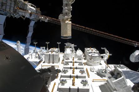 Японский лабораторный модуль Kibo в процессе экспериментов в открытом космосе